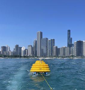 Bots sendo rebocados com o horizonte de Chicago ao fundo